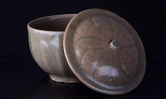 了如三舍藏 南宋—元 龙泉窑米黄釉莲瓣纹盖碗
