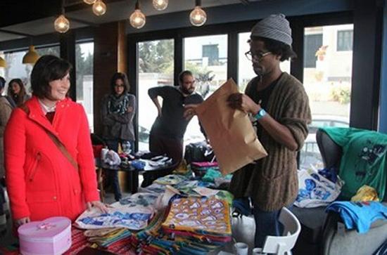 VIJO在拉马尔萨的城郊出售自己设计的包和T恤。图片来源:Thessa Lageman