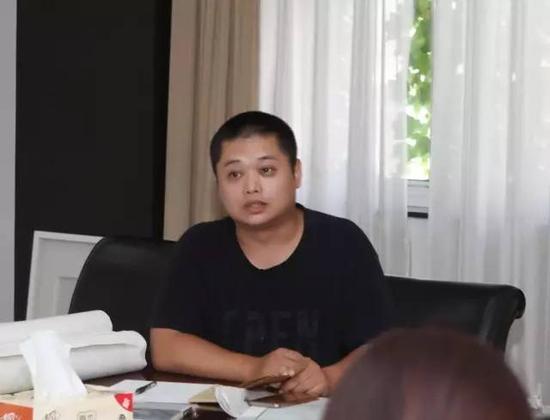南京市花鸟画研讨会常务副秘书长何柳,就研讨会现有运动计划及将来运动开展向理事会做出报告。