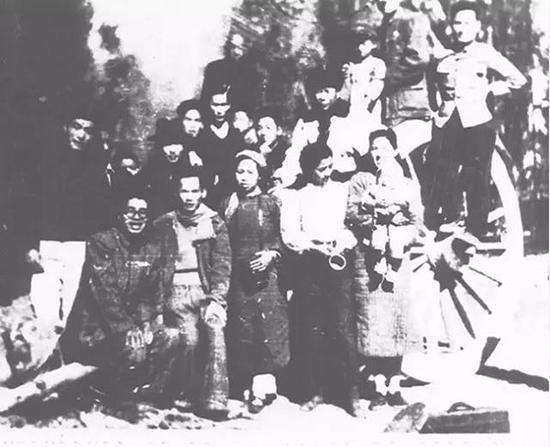 抵达敦煌时与国立艺术研究所同事合影(1946年)