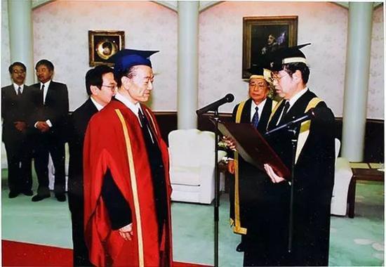 被日本创价大学授予名誉博士学位(1993年)