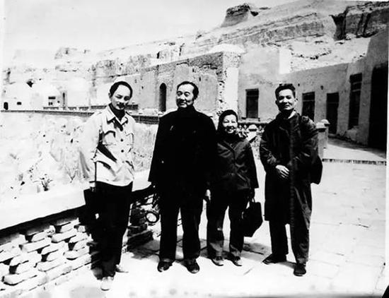 与关友惠、孙国璋等考察新疆石窟(1975年)