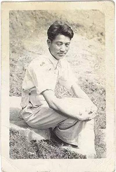 在重庆松林岗国立艺专上学期间留影(1943年)