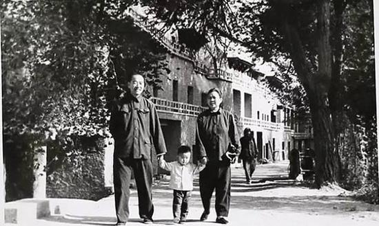 段先生和夫人龙时英携孙儿在洞窟前(1979年)
