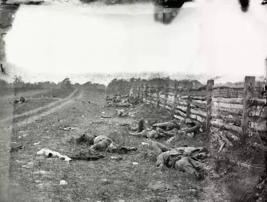 《安蒂特姆的士兵尸体》,1862年