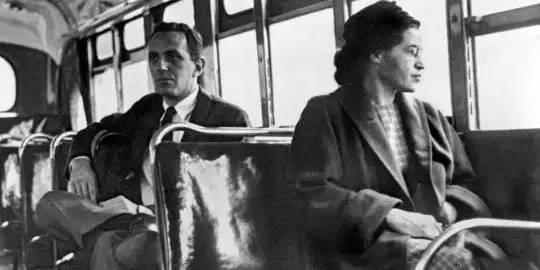 罗莎·帕克斯在一辆被隔离的公共汽车,1955年