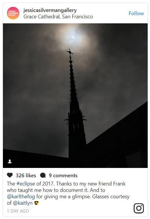"""""""2017年日全食。感谢我的新朋友Frank教会我如何拍摄它,感谢@karlthefog让我有机会看到;眼镜由@kaitlyn提供"""" 。图片:Jessica Silverman的Instagram"""
