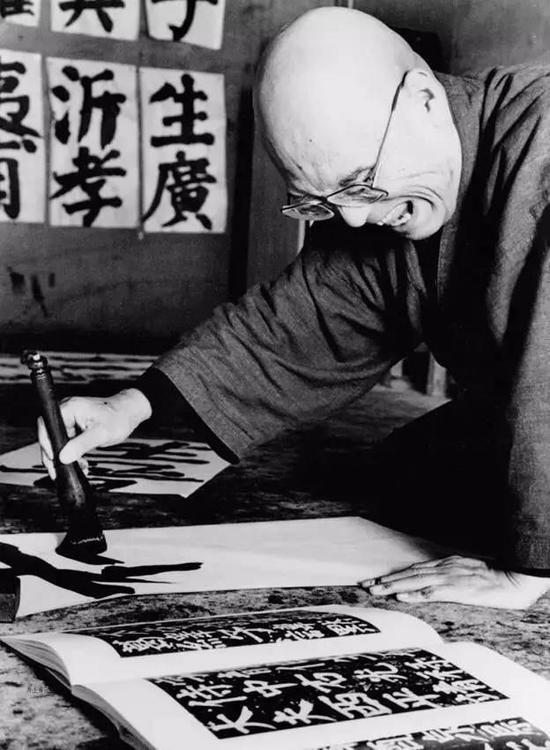 井上有一从小就喜欢写字画画,后来他发狂似的写字,越写越大,他定做了大马鬃毛笔,马毛比羊毫狼毫更长更硬,适合写大字。