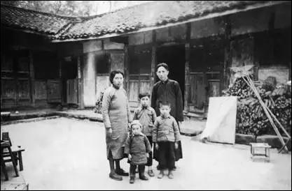 """傅抱石全家在重庆金刚坡下""""山斋""""合影"""