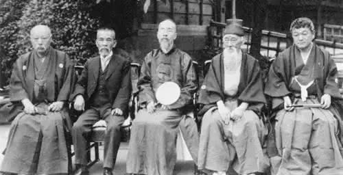内藤湖南(右一)与罗振玉(右三)等,他们都曾是住友家族的顾问