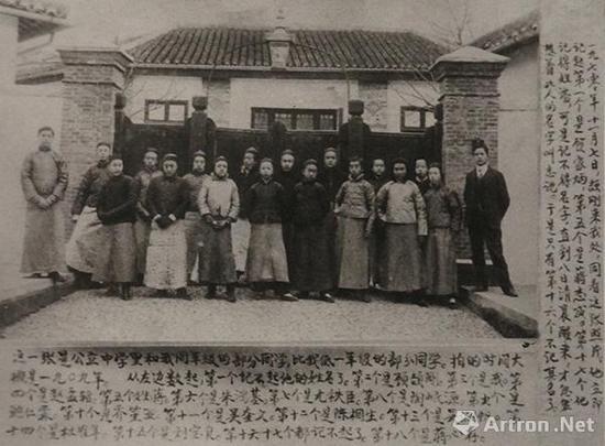 ▲1909年,草桥中学部分同学于校门口合影 左起第二为顾颉刚 第三为叶圣陶,第十三为吴湖帆
