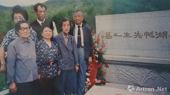 ▲1991年,吴湖帆后人及弟子俞子在苏州给他建了衣冠冢