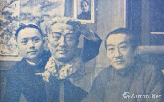 ▲张充仁为吴湖帆塑像(该照片刊登于1947年2月第16期《寰球》杂志)