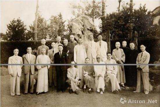▲1943年,甲午同庚会合影(前排右一为吴湖帆)