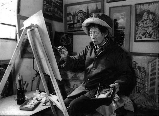 1986年7月,李青萍在江陵县福利院作画。