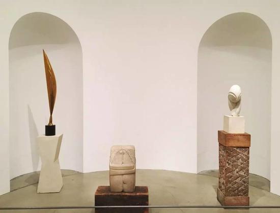 布朗库西雕塑(从左至右):《空中之鸟》(Bird in Space),《吻》(Kiss),《波嘉妮小姐III》(Mademoiselle Pogany III),现藏于美国费城艺术博物馆。图片:拍摄于美国费城艺术博物馆