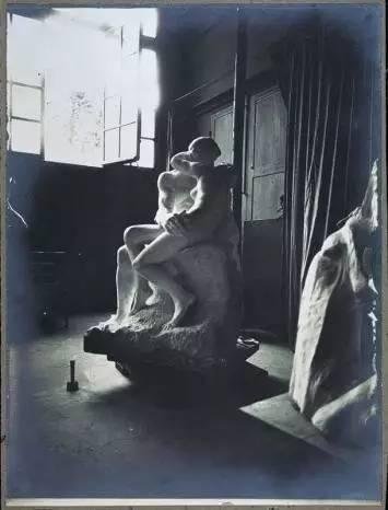 尤金・杜鲁埃,陈列于罗丹工作室的雕像《吻》,约1882年,凝胶银纸印刷,图片:巴黎罗丹博物馆