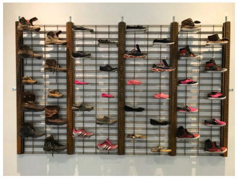 Abel Saucedo,《Tunnel Runner》(隧道狂奔者),这件作品是由非法移民们尝试穿越美墨边界失败后留下的鞋子做成,现在作为支持当地艺术家而设立的LabEPMA项目的一部分在艾尔帕索艺术馆展出。图片:致谢艾尔帕索艺术博物馆