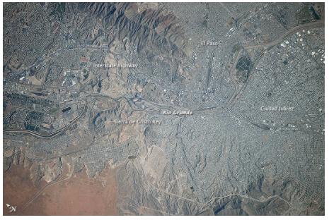 从国际空间站上看,艾尔帕索和华雷斯被格兰德河一分为二。图片:致谢NASA和维基共享资源