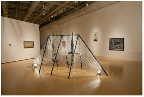 """此前在艾尔帕索艺术博物馆里展出的""""跨界""""双年展现场图,图片中包括了Angel Cabrales的《Juegos Fronteras: Swingset Penitentiary》。图片:致谢艾尔帕索艺术博物馆"""