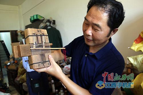 熊文义展示收藏的木锁。