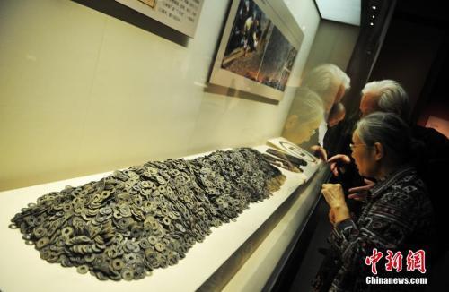 资料图:此前海昏侯墓出土的五铢钱。刘占昆 摄