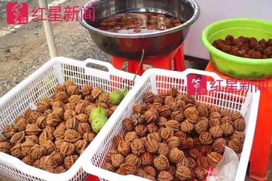 河北娄村镇,一个当地核农摆摊贩卖麻核桃