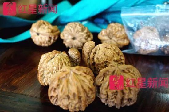 """李占军的一对""""四棱""""和""""茶壶"""",以4万元价格卖给了陈佩侠"""