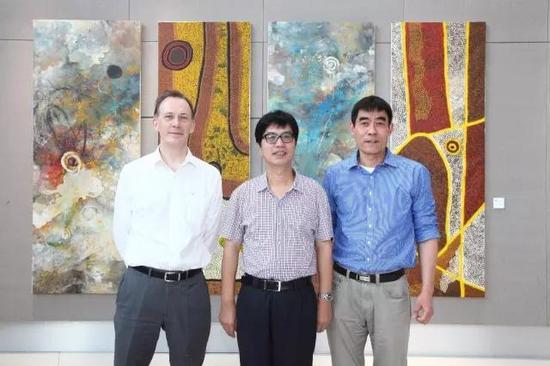 章剑华与画家周小平、澳大利亚驻上海总领事馆总领事梅耕瑞合影