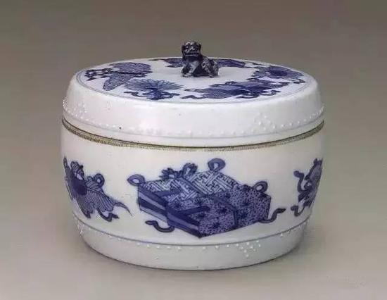 清康熙青花博古纹盒(故宫博物院藏)