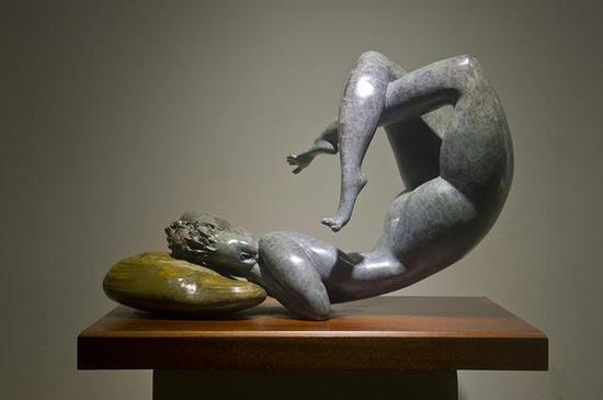 《梦不醒的季节》 杨学军    铸铜、奇石组合    60cm×40cm×55cm , 2015