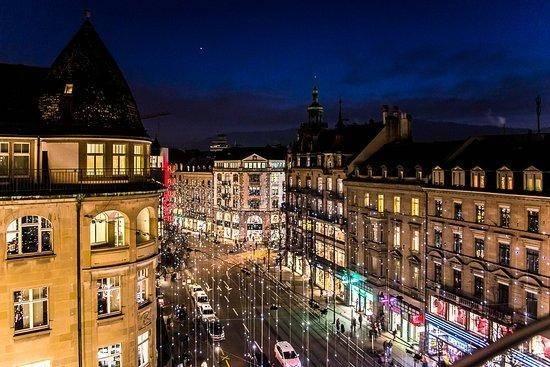 """在瑞士,黄金交易和进出口贸易是不受限制的,班霍夫大街设有世界上最大的""""金市"""",这里的黄金交易量居世界第一。"""