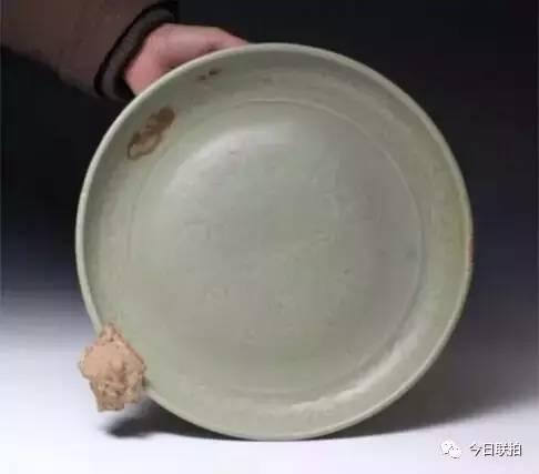青釉刻花杂宝纹盘
