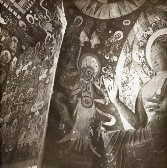 在她的照片里,能看到她多次将镜头对准石窟壁画中的女神。
