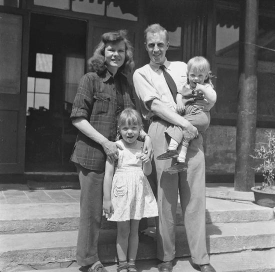 1948年,艾琳与丈夫和两个女儿在北京。
