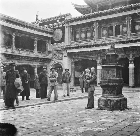 有一座寺庙的主持得知艾琳特为敦煌而来,热情地迎接了她,送她鸡蛋和茶叶作为礼物。