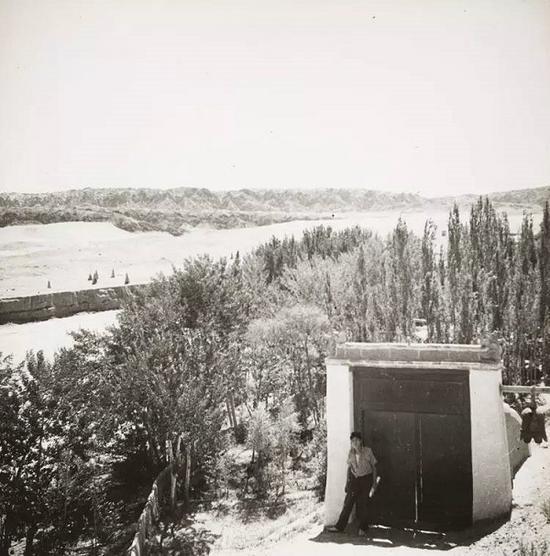 莫高窟的入口前。照片中的人是兰州培黎学校的学生,来进行考察。