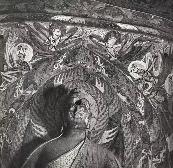 第254窟壁画,飞天绕佛头起舞