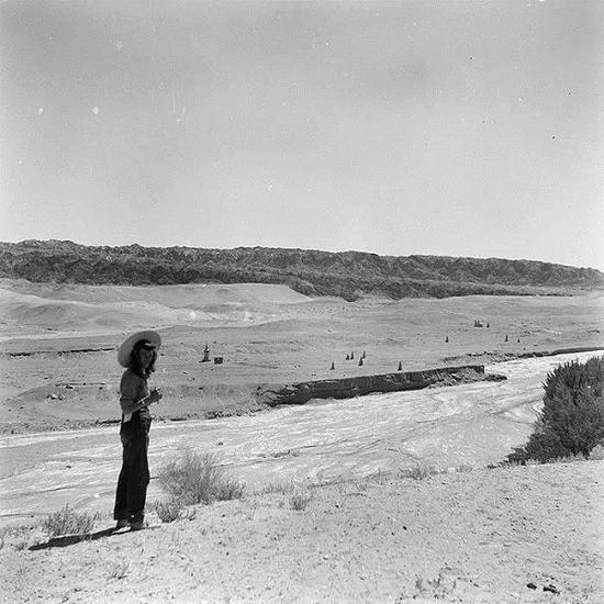 艾琳的这一趟敦煌之旅,在莫高窟逗留10天,一共拍摄了168幅黑白照片。