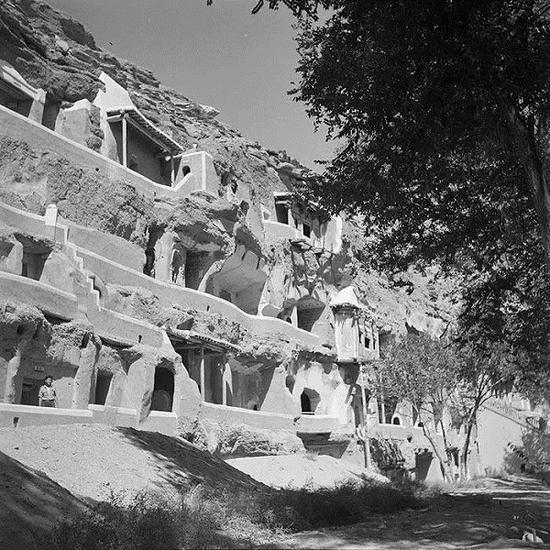 悬崖上的九层佛龛