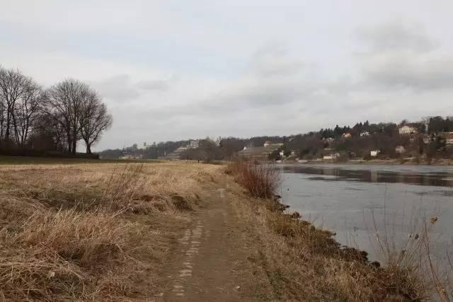 老城东郊,河谷中的自然滩涂,远处的山坡上可见三座城堡,还有散落的乡村民居。