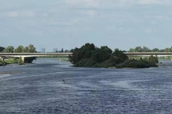 28公里以外,在布洛瓦古城的大桥上,仍然可以清晰地看到圣劳朗核电站冒着水汽的冷却塔。