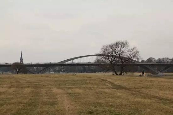 第一张图里,怕你根本找不到传说中的大桥在哪,所以补了一张特写……