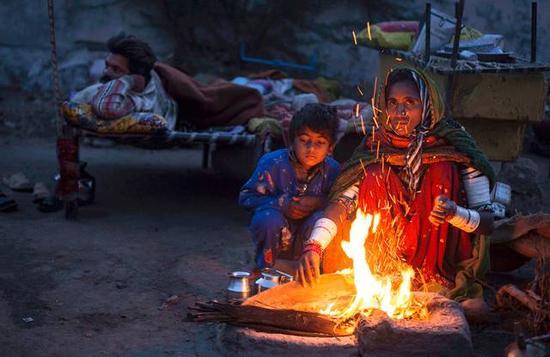 """""""尽管这种状态在逐渐改善,女性的地位也在提升,但在不发达地区,特别是印度的乡村,女性的生活依然非常艰难。"""""""