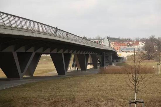 大桥上不使用立式路灯,而是在扶手上安装照明系统,这个角度还可以清晰地看到大桥北部刻意压低的设计。