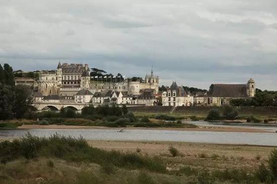 昂布瓦兹(Amboise)地段的卢瓦尔河,远处是一座法国王室城堡。
