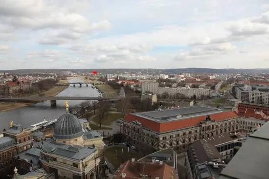 从圣母大教堂的屋顶向东眺望,大桥仅若隐若现地露出一半(红色箭头位置)。