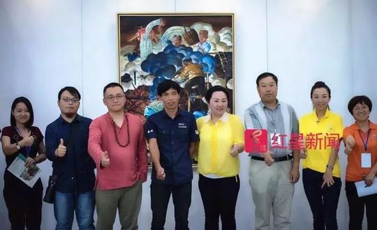▲熊庆华(左四)和郭宇宽(左三)在济南参加画展 图片来源:红星新闻