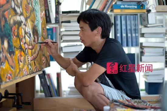 ▲熊庆华在作画 图片来源:红星新闻