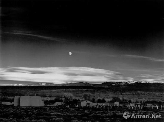 安塞尔·亚当斯的作品《月升》(售价6.2万美金)